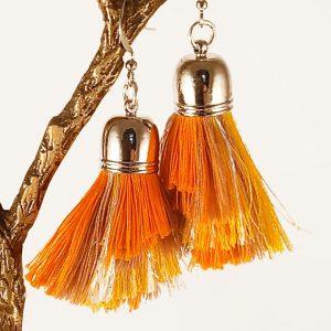 Les boucles d'oreilles pompons accessoire fabriqué à la main par Angélique Zrak, tisserande