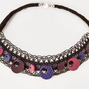 les colliers tissés et tressés, accessoire fabriqué à la main par Angélique Zrak, tisserande