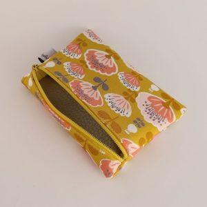 Porte-monnaie fantaisie en tissus doublée, fabriquée par Angélique Zrak. Doublure en vinyle