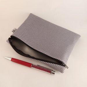 Pochette fantaisie en tissus doublée, fabriquée par Angélique Zrak. Doublure en vinyl